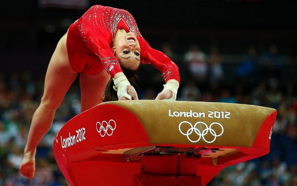 Norte-americana Jordyn Wieber 'ataca' a mesa ao se apresentar no salto durante a final feminina por equipes da ginástica artística em Londres (31/07/2012)
