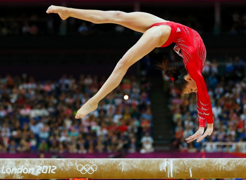 Norte-americana Kyla Ross faz um mortal para trás na trave durante a final feminina por equipes da ginástica artística (31/07/2012)
