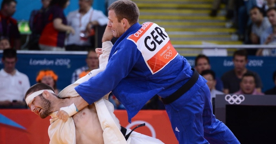 Norte-americano Travis Stevens é derrubado pelo alemão Ole Bischof em semifinal da categoria até 81 kg