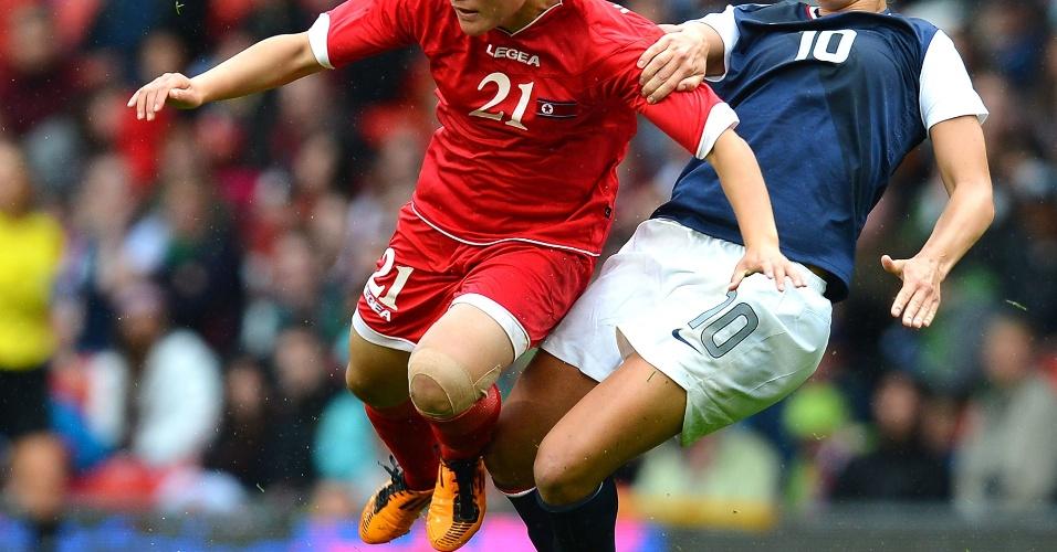 Norte-coreana Kim Su Gyong é derrubada pela meio-campista Carli Lloyd no Old Trafford de Manchester