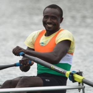 Novato do remo, com apenas três meses de treino, Hamadou Djibo Issaka, do Niger, sorri ao completar prova em Londres, com apoio da torcida