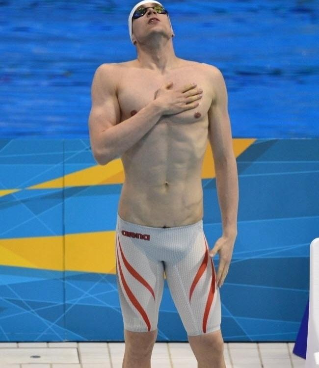 O alemão Paul Biedermann, recordista mundial dos 200 m livre, também usou o branco com raios laranjas em sua bermuda