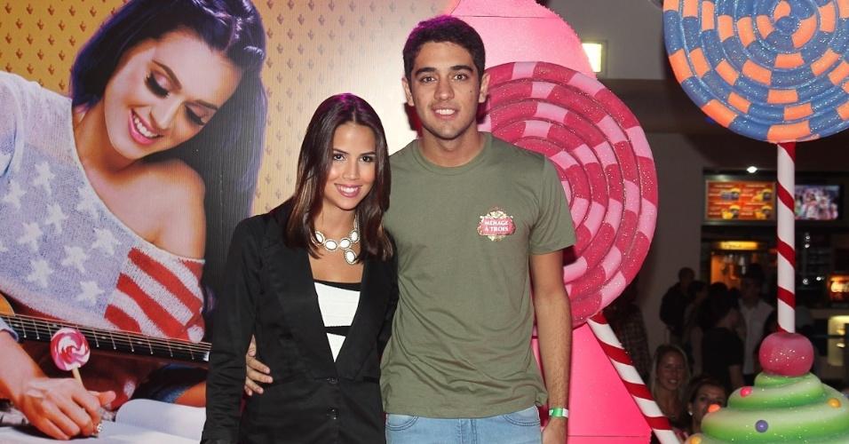 """O casal Pérola Faria e Miguel Rômulo vão à pré-estreia do filme de Katy Perry """"Part of Me 3D"""" no Rio de Janeiro (30/7/12)"""