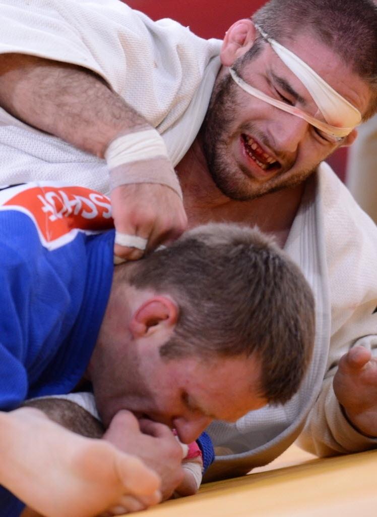 O norte-americanoTravis Stevens (de branco) perdeu para o alemão Ole Bischof (azul) na categoria -81kg