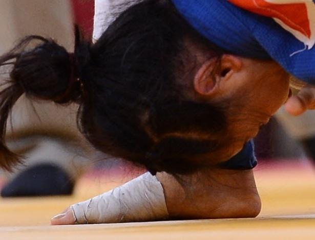 O rosto da chinesa Lili Xu e o pé da sul-coreana na categoria -63 kg do judô
