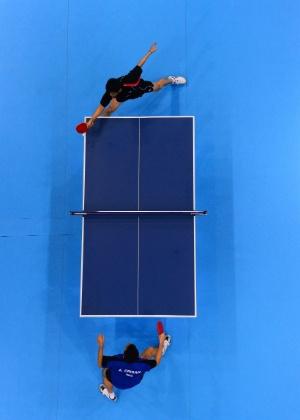 Partida de tênis de mesa entre Adrian Crisan, da Romênia, e Chuang Chih-Yuan, de Taiwan