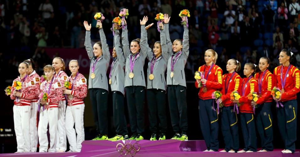 Pódio da ginástica artística feminina com Rússia (e), Estados Unidos (c) e Romênia, prata, ouro e bronze, respectivamente (31/07/2012)
