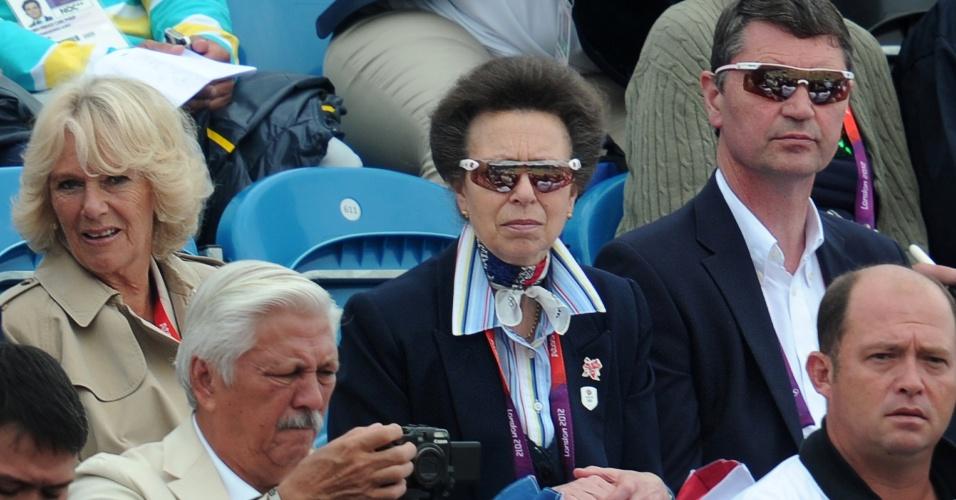 Princesa Anne (c) acompanha o desempenho de sua filha Zara Phillips na final olímpica do CCE por equipes ao lado de Camilla Parker Bowles (e), segunda mulher do príncipe Charles (31/07/2012)