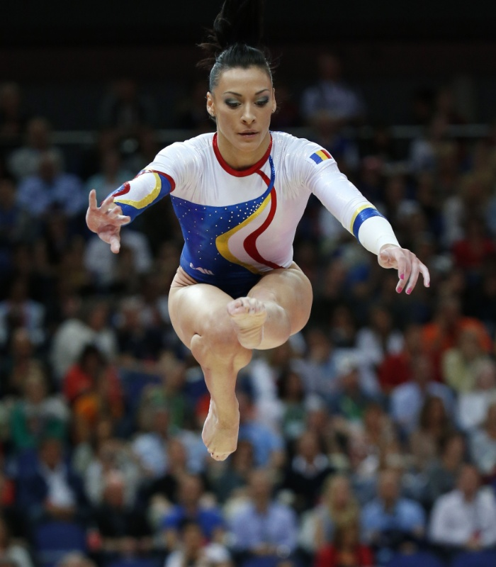 Romena Catalina Ponor se apresenta na trave na final feminina por equipes da ginástica artística (31/07/2012)