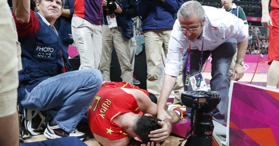 Rudy Fernandez cai e bate cabeça na câmara do fotógrafo