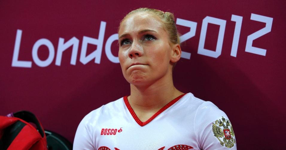 Russa Kseniia Afanaseva chora após cair no solo e comprometer a nota de sua equipe na final feminina da ginástica artística (31/07/2012)