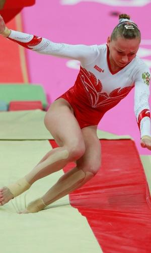 Russa Maria Paseka erra aterrisagem após sua apresentação no salto na final por equipes da final feminina de ginástica artística (31/07/2012)