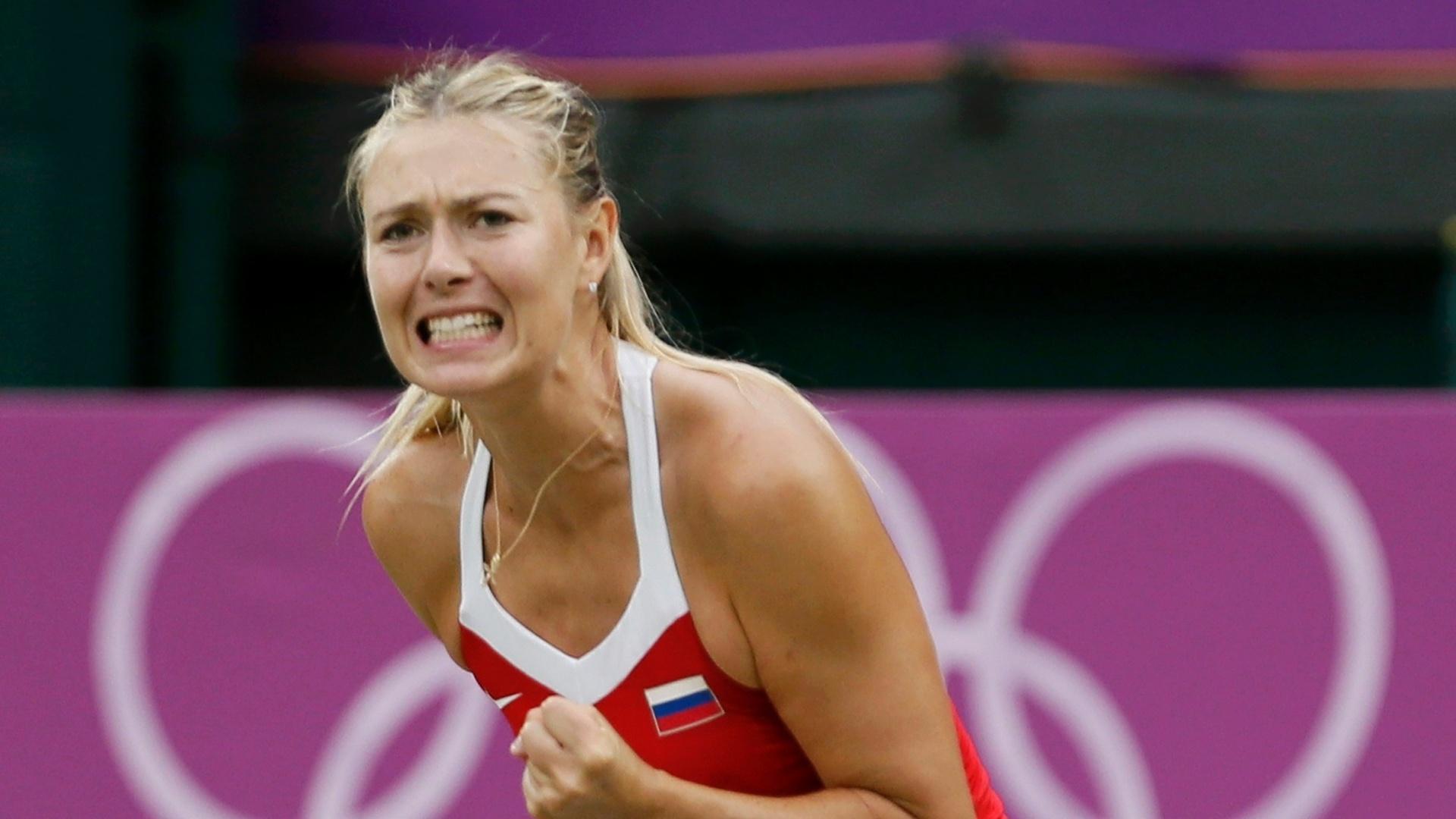 Russa Maria Sharapova comemora ao fechar primeiro set contra britânica Laura Robson