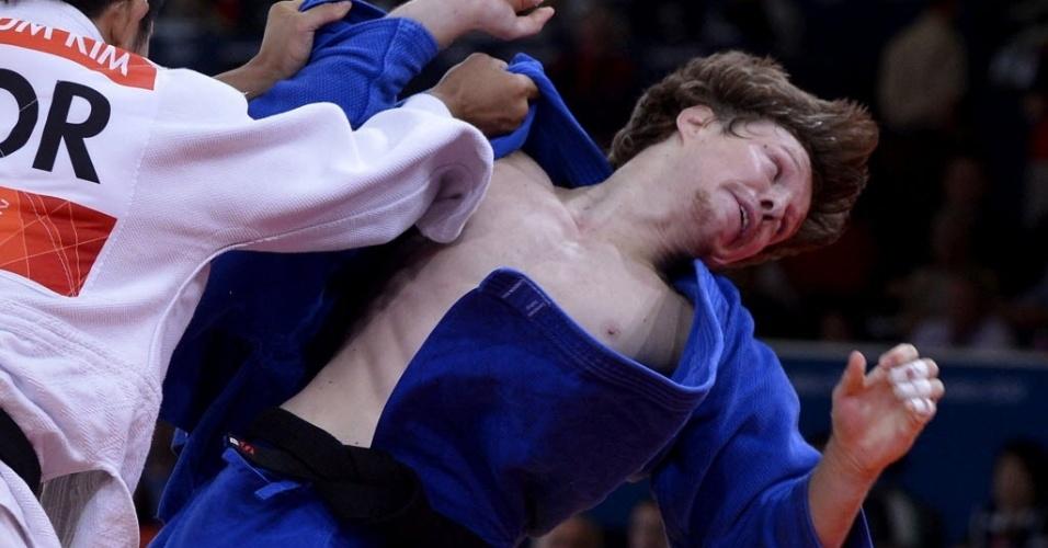Russo Ivan Nifontov é empurrado pelo sul-coreano Jae-Bum Kim durante disputa na semifinal da categoria até 81 kg