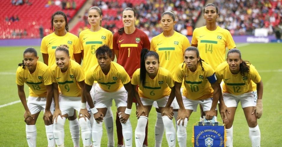 Seleção feminina de futebol posa para a foto antes do início da partida contra as britâ