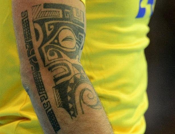 Tatuagem do sueco Fredrik Petersen aparece em destaque durante jogo de handball (31/07/2012)