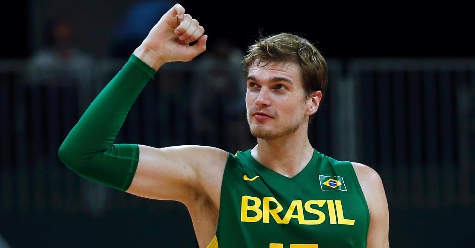 Tiago Splitter, pivô da seleção brasileira de basquete, comemora vitória sobre o time do Reino Unido
