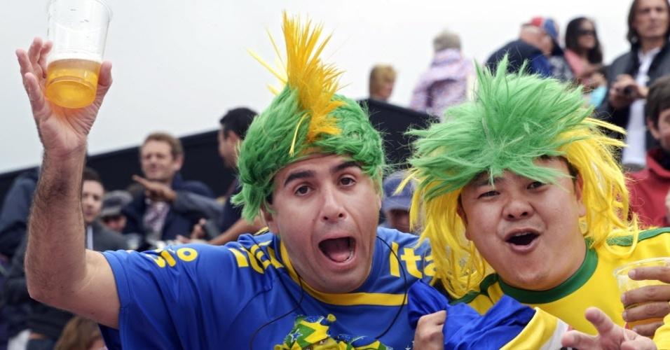 Torcedores brasileiros capricham na peruca e levam o verde, azul e amarelo para a arquibancada durante a disputa do vôlei de praia