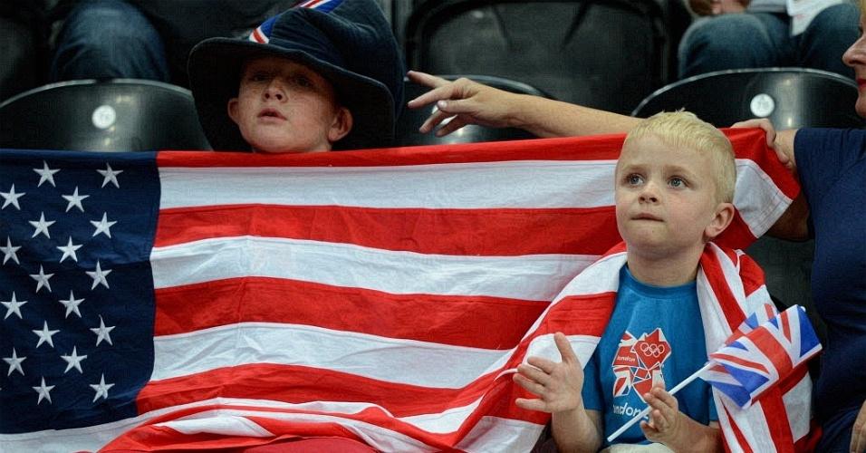 Torcedores mirins seguram bandeira dos Estados Unidos durante partida de basquete entre Lituânia e Nigéria (31/07/2012)