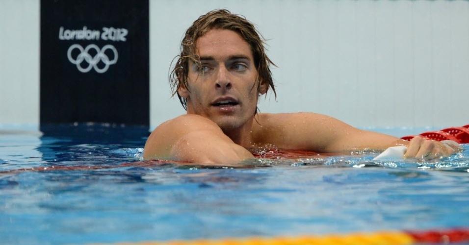 Um dos galãs da natação de Londres, Camille Lacourt olha para o relógio após prova dos 100 m costas