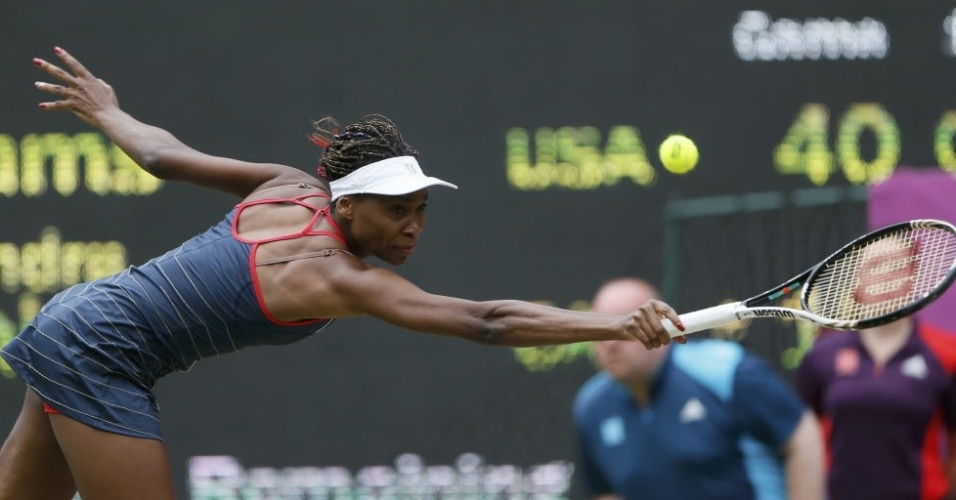 Venus Williams se estica para rebater contra Aleksandra Wozniak durante vitória na segunda rodada da chave de simples