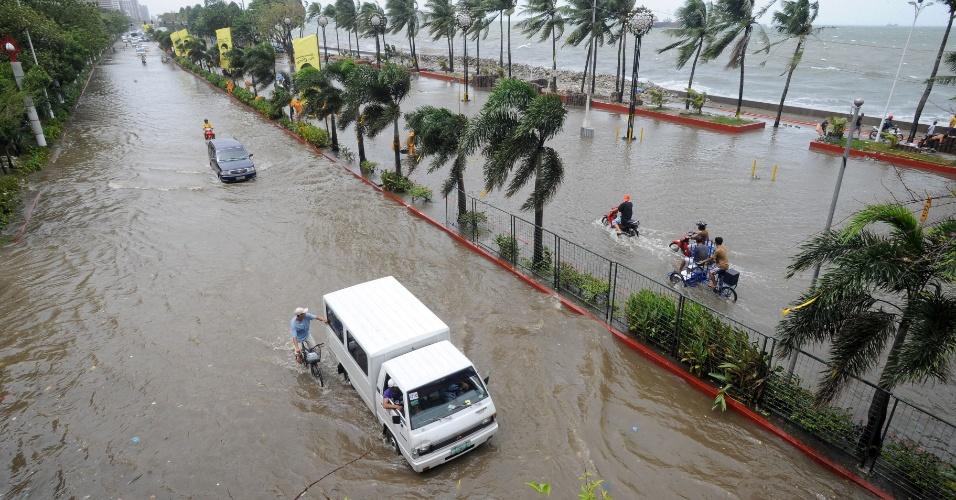 01.ago.2012 - A principal avenida à beira-mar de Manila, capital das Filipinas, ficou completamente alagada com a tempestade tropical Saola. Segundo o serviço meteorológico filipino , as chuvas devem seguir intensas até a próxima sexta-feira