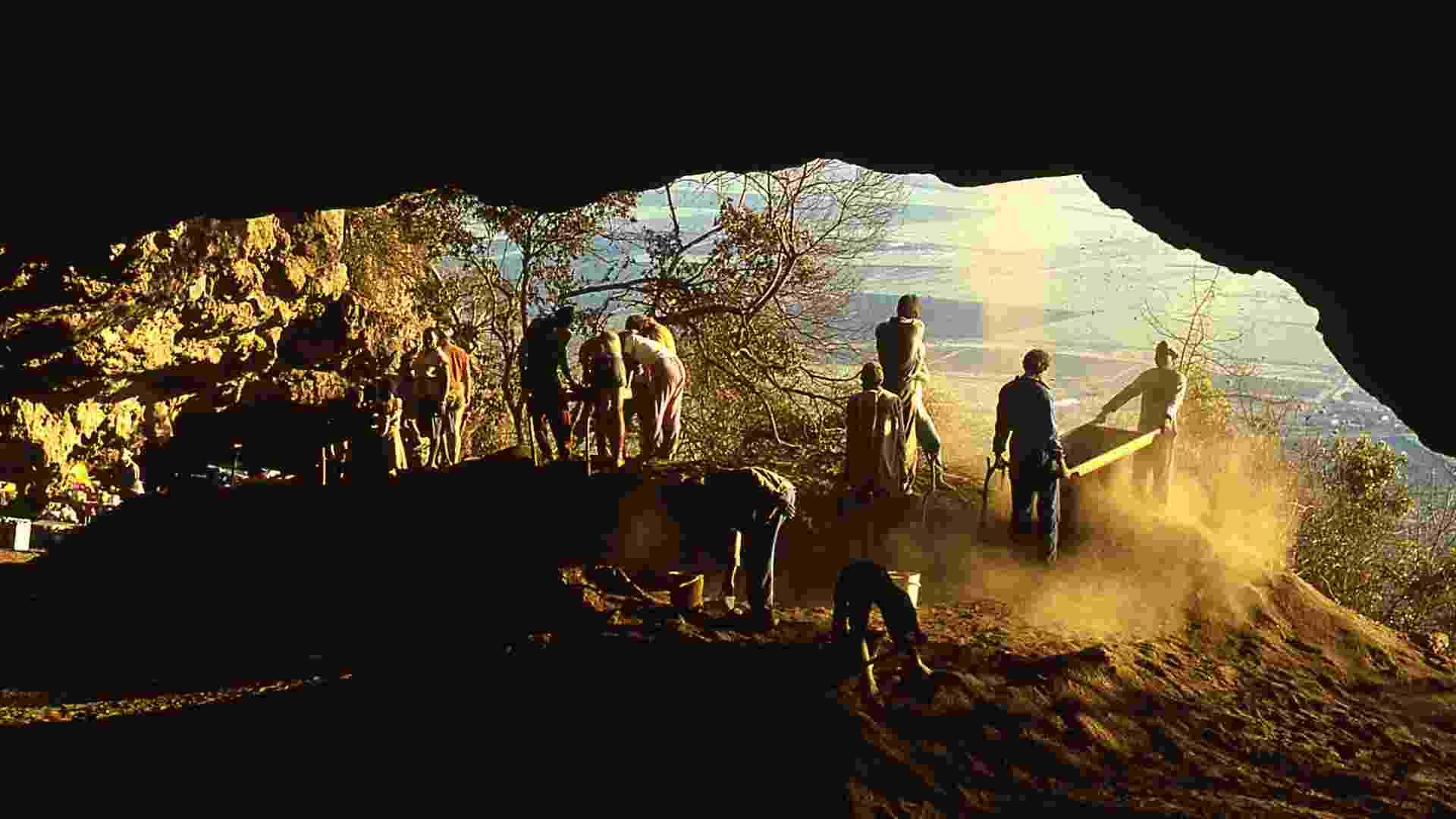01.ago.2012 - Imagem mostra trabalhadores em uma caverna na África do Sul. Pesquisadores descobriram que a Idade da Pedra começou nessa parte do país 20 mil anos antes do que se estimava, mais ou menos na mesma época em que os humanos começaram a migrar da África para o continente Europeu, de acordo com equipe da Universidade de Coloradou Boulder  - AFP/Cortesia de Paola Villa, Universidade do Colorado