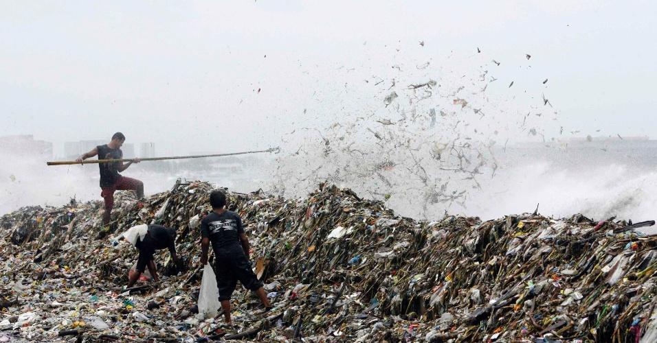 01.ago.2012 - Lixo se acumula em avenida alagada de Manila, capital das Filipinas. Segundo o serviço meteorológico filipino, a tempestade tropical Saola deverá ficar sobre o país asiático até a próxima sexta-feira