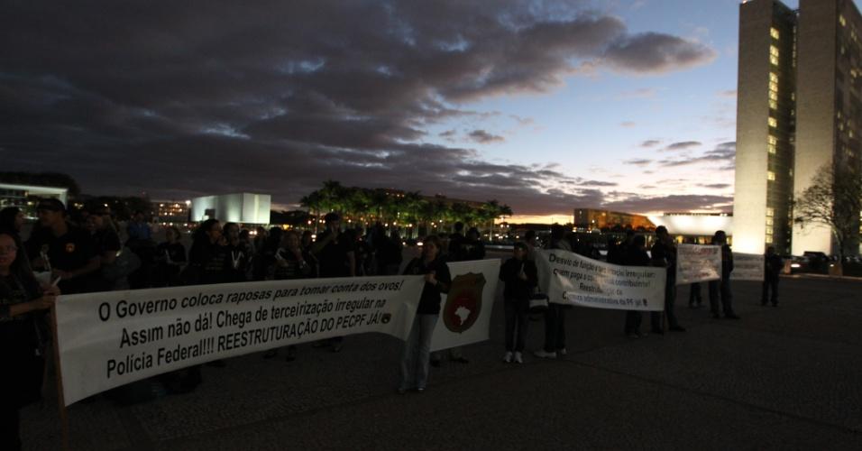 1º. ago.2012 - Policiais federais realizam protesto em frente ao Palácio do Planalto em Brasília, nesta quarta-feira. O conselho da Federação Nacional dos Policiais Federais (Fenapef) aprovou a greve geral a partir da próxima semana, o que deverá afetar atividades dos agentes em fronteiras, aeroportos e portos
