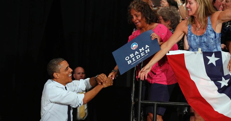 1°.ago.2012 - Barack Obama cumprimenta integrante da plateia durante evento de sua campanha presidencial em Akron, Ohio (EUA)