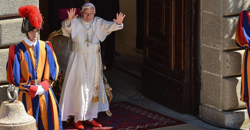 1º.ago.2012 - Papa Bento 16 acena para fiéis nesta quarta-feira (1º) reunidos em frente à sua residência de verão em Castelgandolfo, a 40 km de Roma (Itália)