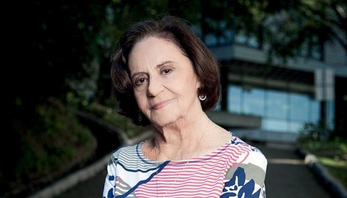 """A atriz Laura Cardoso posa para a revista """"Quem"""" (1/8/2012)"""