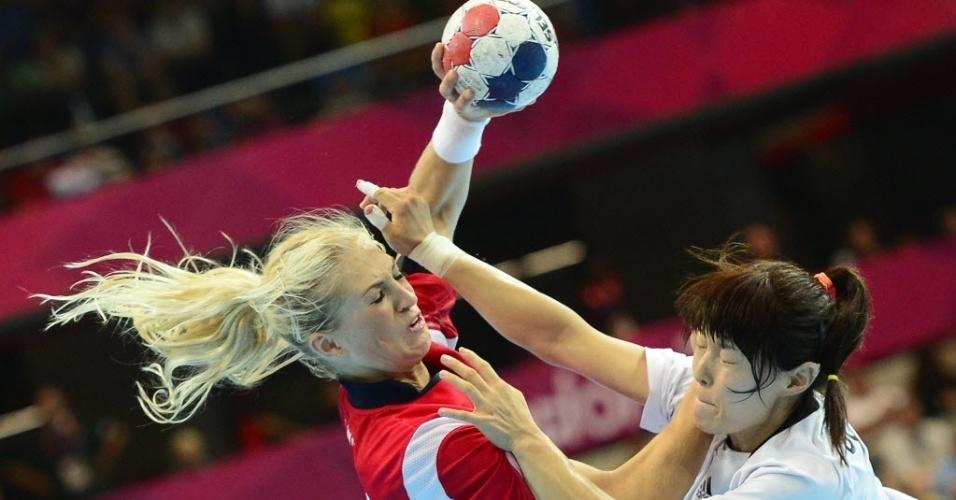 A norueguesa Linn Jorum Sulland (esq) tenta passar pela marcação da coreana Jung Jihae