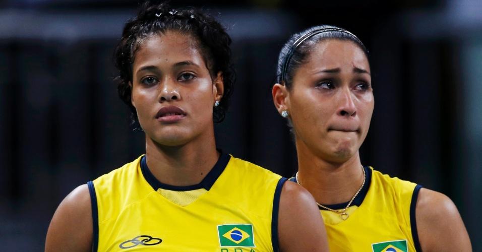 Adenízia (e.) e Jaqueline, chorando, deixam a quadra após derrota do Brasil para a Coreia do Sul