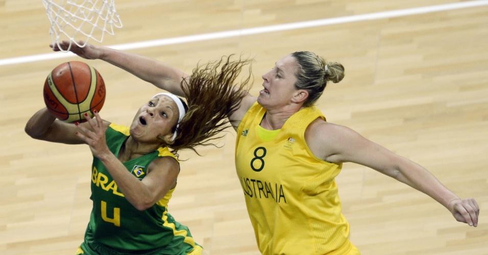 Adrianinha tenta escapar de marcação de australiana para fazer cesta em jogo pela fase de grupos dos Jogos Olímpicos