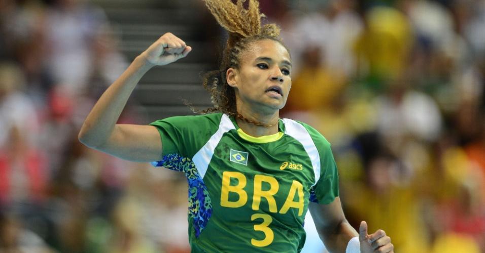 Alexandra Nascimento comemora gol do Brasil sobre o Reino Unido em confronto de handebol nos Jogos