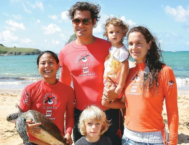 Ao lado dos filhos, o casal Thiago Lacerda e Vanessa Lóes passa as férias em Fernando de Noronha (agosto/2012)