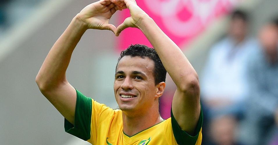 Atacante Leandro Damião comemora o segundo gol brasileiro contra va Nova Zelândia
