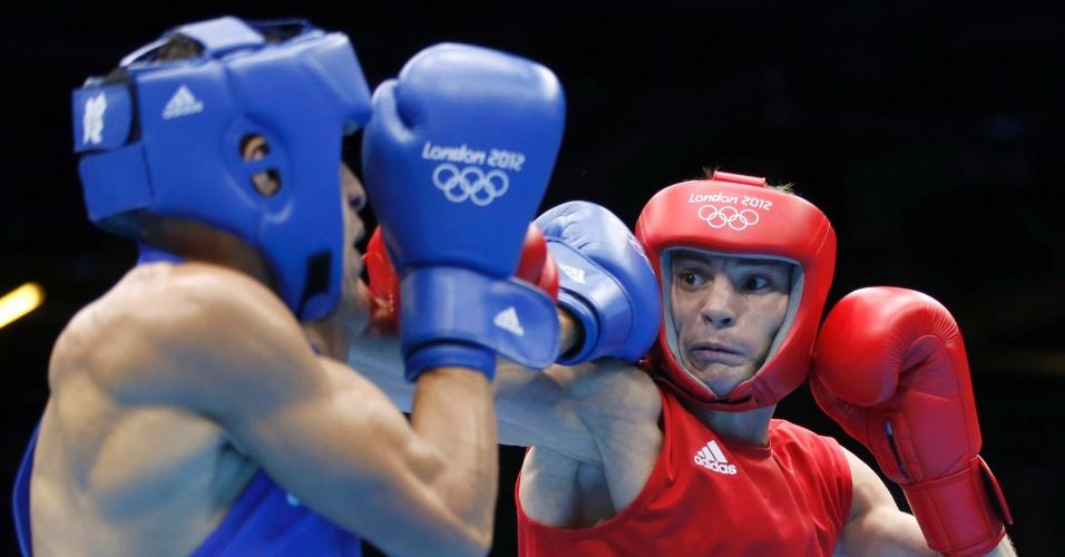 Boxeador Robenilson de Jesus, de azul, venceu mais uma em Londres. Desta vez a vítima na categoria até 56 kg foi o russo Sergey Vodopiyanov