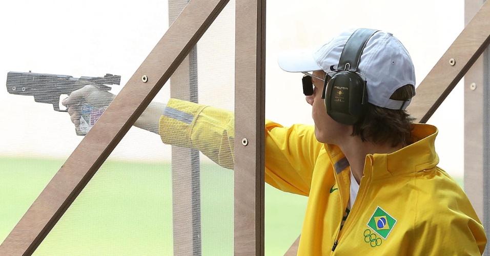 Brasileira Ana Luiza Ferrão compete na pistola de 25 m; ela ficou em penúltimo lugar na série qualificatória de precisão