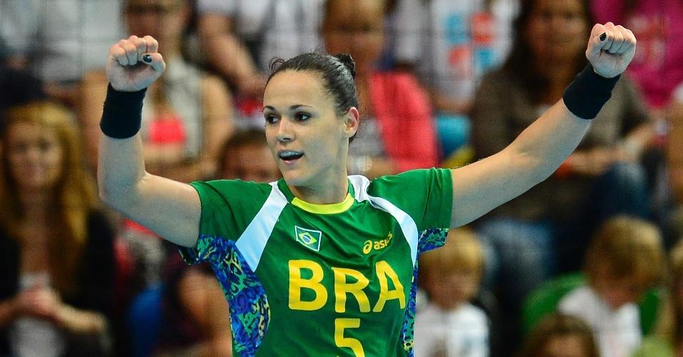 Brasileira Daniela Piedade comemora gol na vitória da seleção sobre o Reino Unido no torneio de handebol feminino