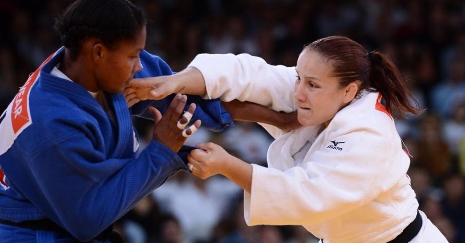 Brasileira Maria Portela, de branco, perdeu na estreia para a colombiana Yuri Alvear