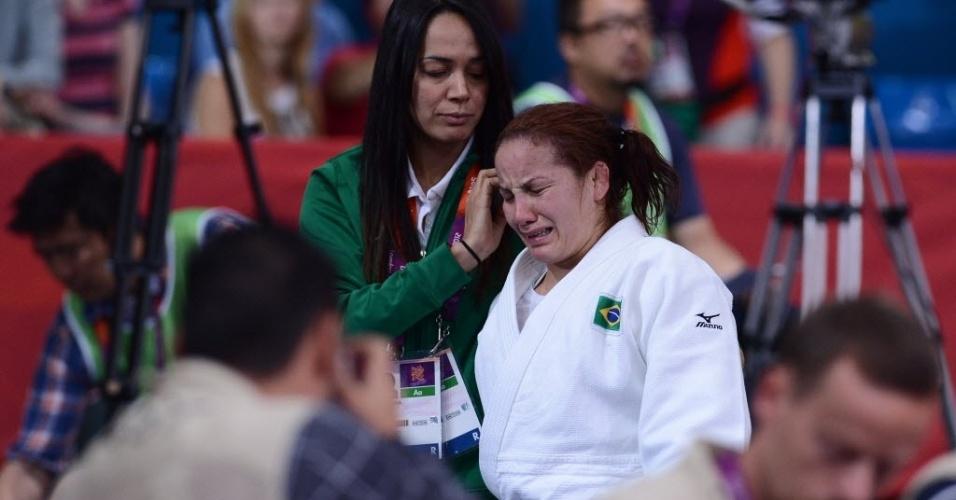Brasileira Maria Portela sai chorando após ser eliminada com um ippon pela colombiana Yuri Alvear na estreia da categoria até 70 kg e é consolada pela técnica Rosicleia Campos