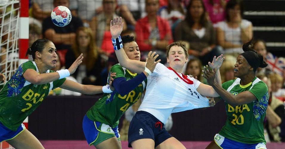 Brasileiras marcam e até puxam camisa de jogadora britânica em duelo pela primeira fase do handebola feminino
