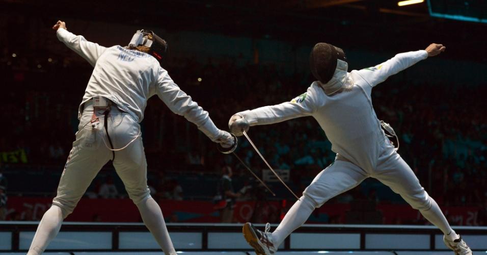 Brasileiro Athos Schwantes, à direita, duelou contra o holandês Bas Verwijlen na esgrima