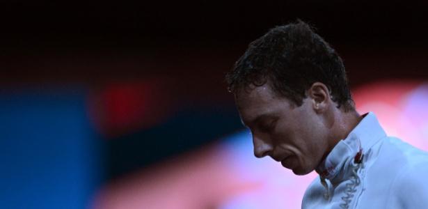 Brasileiro Athos Schwantes lamenta derrota para o holandês Bas Verwijlen na esgrima