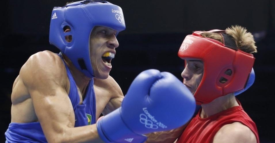 Brasileiro Robenilson de Jesus atinge Sergey Vodopiyanov em combate que o levou às quartas de final do boxe