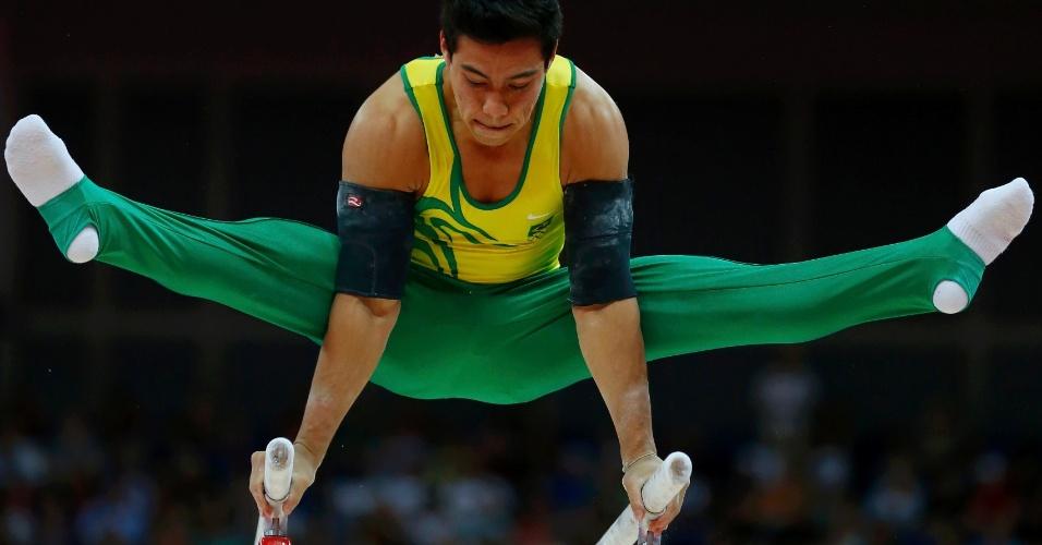 Brasileiro Sérgio Sasaki se apresenta nas barras paralelas; ele terminou a final do individual geral na 10ª colocação