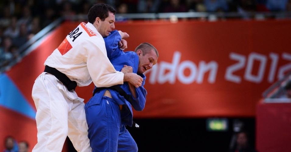 Brasileiro Tiago Camilo, de branco, agarra o ucraniano Roman Gontiuk durante vitória na estreia do judô