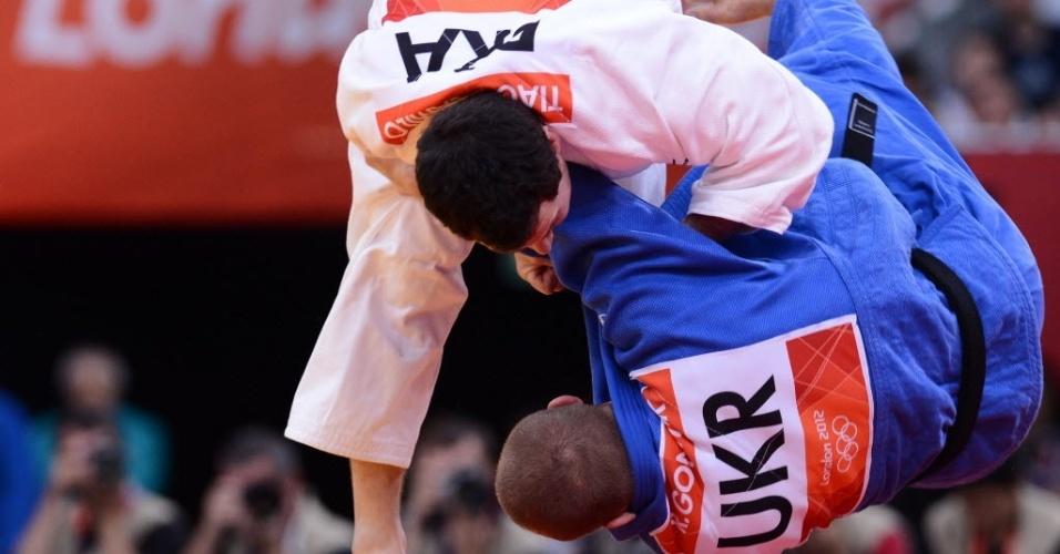 Brasileiro Tiago Camilo derruba ucraniano Roman Gontiuk durante vitória na estreia no judô